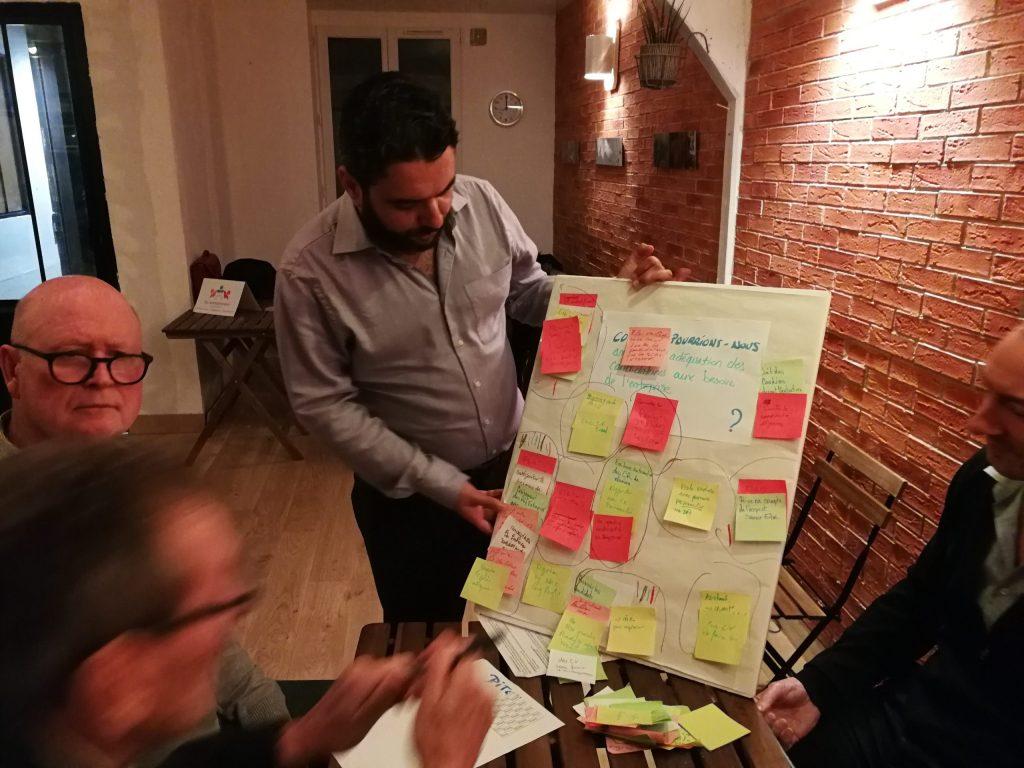 Camilo anime un atelier d'application de l'IA.